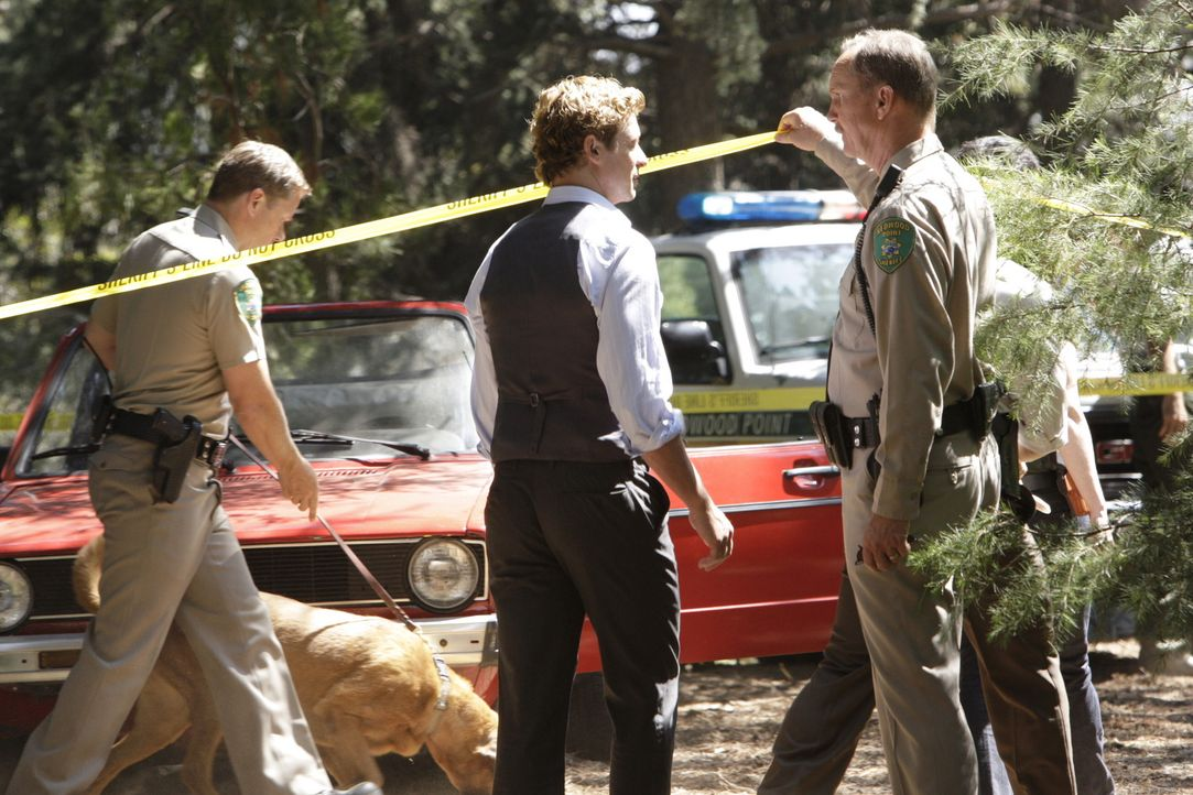 Patrick Jane (Simon Baker, M.) sieht sich den Tatort an, an dem eine junge Frau erstochen vorgefunden wurde ... - Bildquelle: Warner Bros. Television