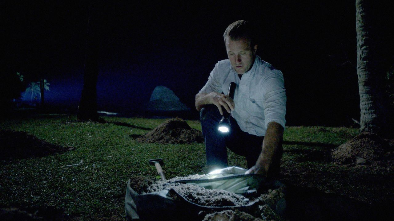 Während das Team in einem neuen Fall ermittelt, sucht Danny (Scott Caan) nach den versteckten Millionen seines Bruders, um sich damit bei Marco Reye... - Bildquelle: 2014 CBS Broadcasting Inc. All Rights Reserved.