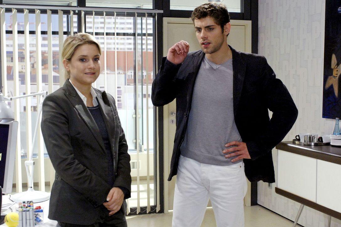 Anna (Jeanette Biedermann, l.) ist überrascht, als Jonas (Roy Peter Link, r.) sie mit der Watanabe-Kampagne betraut. - Bildquelle: Oliver Ziebe Sat.1