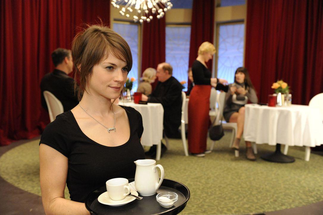 Nachdem Jenny (Lucy Scherer, l.) Emma (Kasia Borek, hinten 2.v.r.) angeboten hat, sich den Job im Saal Eins zu teilen, verstehen sich die beiden zun... - Bildquelle: SAT.1