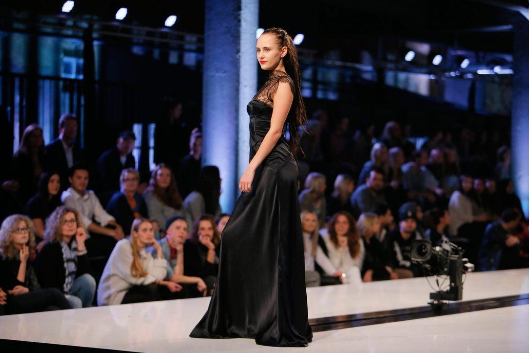 GNTM-Stf11-Epi01-erste-fashion-show-43-ProSieben-Huebner-TEASER - Bildquelle: ProSieben/Richard Huebner