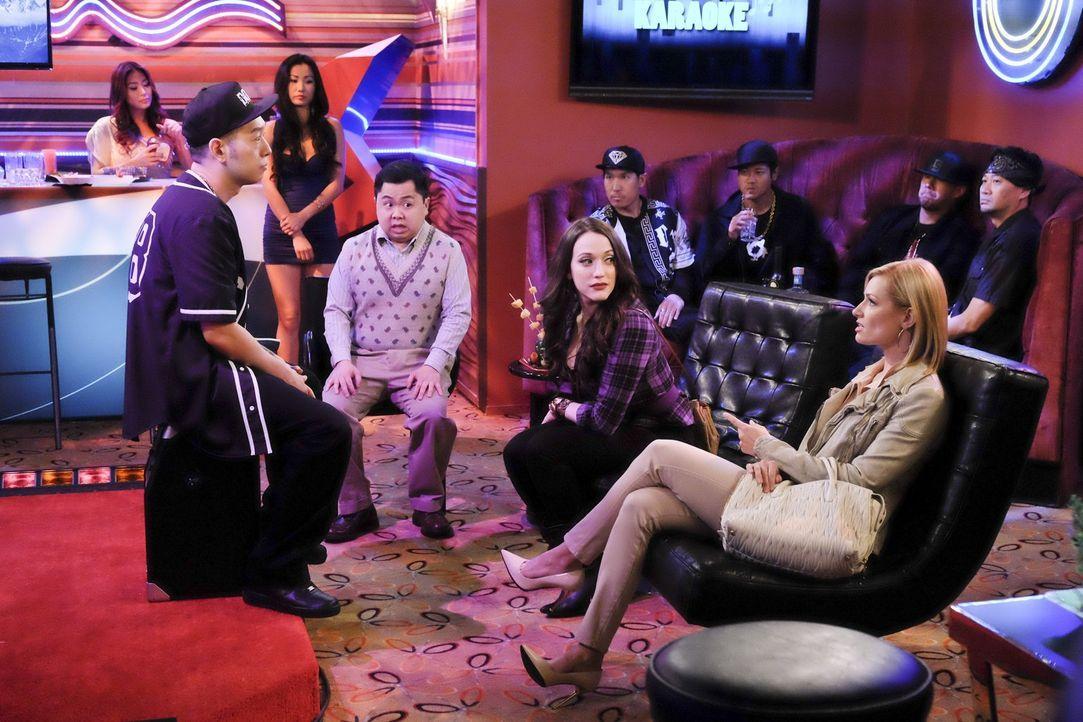 Caroline (Beth Behrs, vorne r.), Max (Kat Dennings, vorne 2.v.r.) und Han (Matthew Moy, vorne 2.v.l.) suchen den Gangsterboss Hwang (Jimmie Saito, v... - Bildquelle: 2016 Warner Brothers