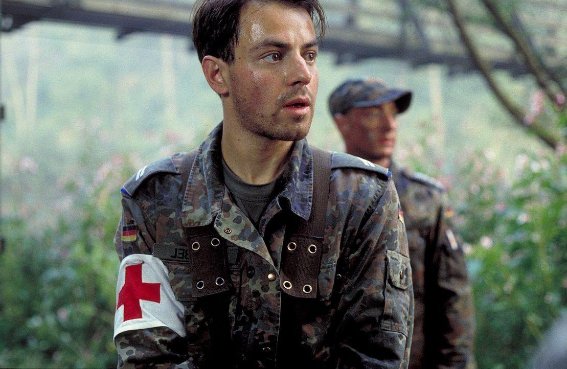 Keiner seiner Kameraden ahnt, dass Unteroffizier Matthis (Felix Eitner) ein Killer sein soll - auf der Suche nach seinem nächsten Opfer ... - Bildquelle: Jiri Hanzl ProSieben