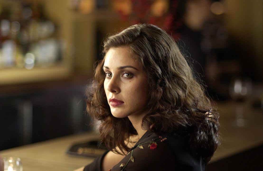 Sue (Lisa Ray) braucht Geld, ihre Bekanntschaft Rahul eine Frau. Und so schmieden die beiden eine Plan ... - Bildquelle: Universum Film