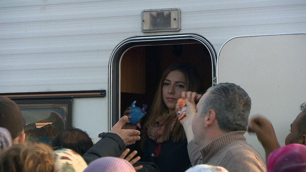 Sherin verteilt Kuscheltiere in einem unorganisierten Lager