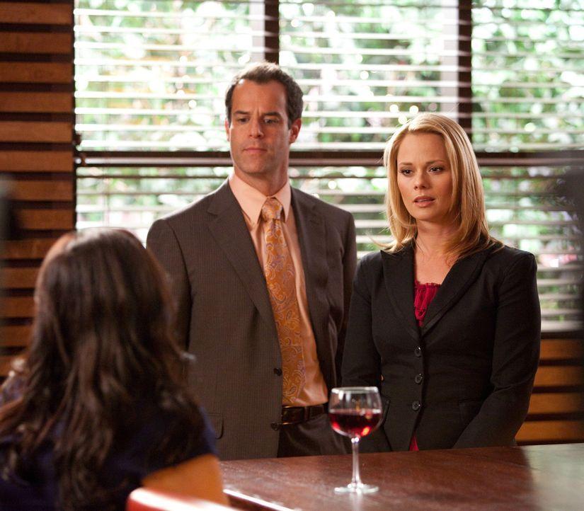 Arbeiten an einem spannenden Fall: Kim (Kate Levering, r.) und Jay (Josh Stamberg, M.) ... - Bildquelle: 2009 Sony Pictures Television Inc. All Rights Reserved.