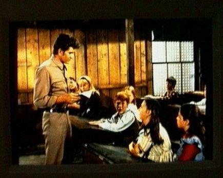 Bonanza - Little Joe (Michael Landon, l.) ist als Vertretung für die Lehrerin...