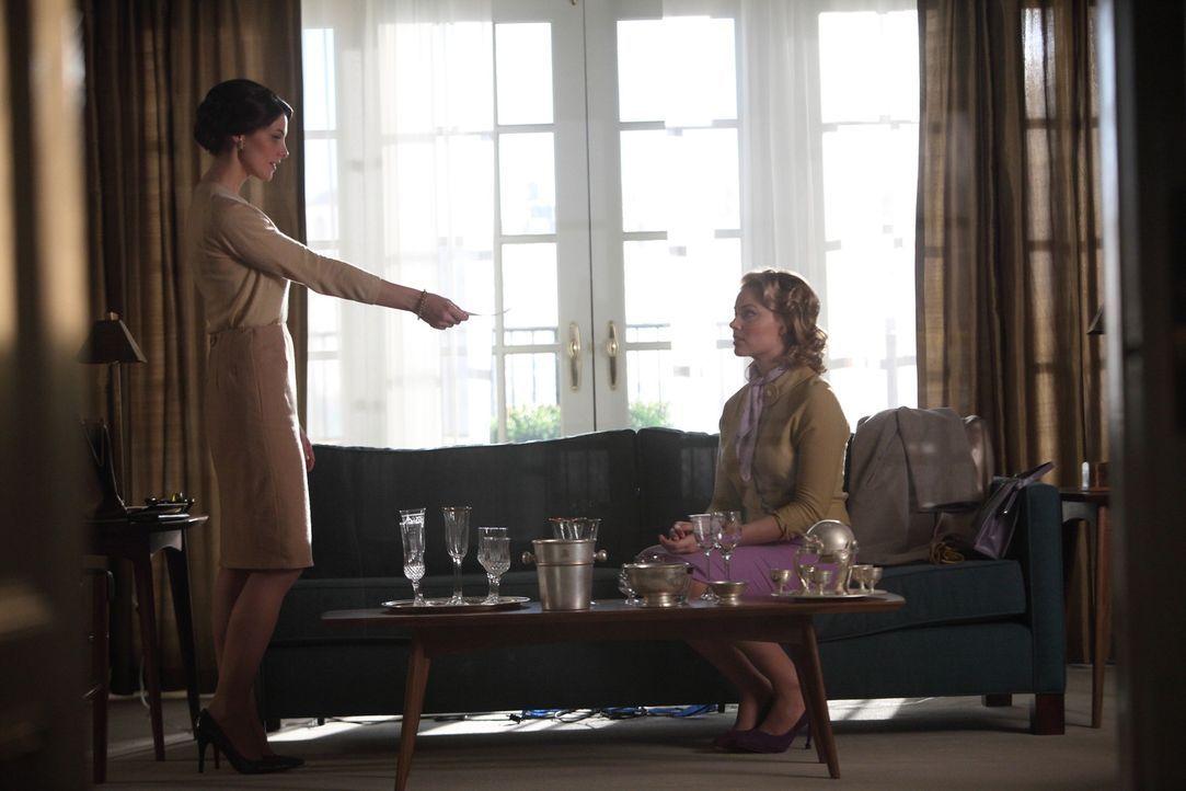 Amanda (Ashley Greene, l.) ist gerne in Gesellschaft von Frauen und nutzt Lauras (Margot Robbie, r.) Anliegen, um sie als Freundin zu gewinnen ... - Bildquelle: 2011 Sony Pictures Television Inc.  All Rights Reserved.