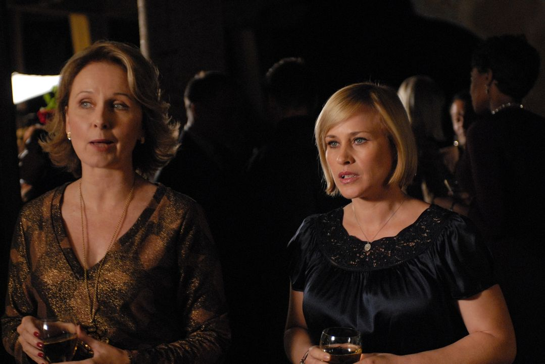 Bonnie Barrister (Kate Burton, l.) stellt Allison (Patricia Arquette, r.) ihre Tochter Melissa vor. Allison erkennt in ihr die junge Frau aus einem... - Bildquelle: Paramount Network Television