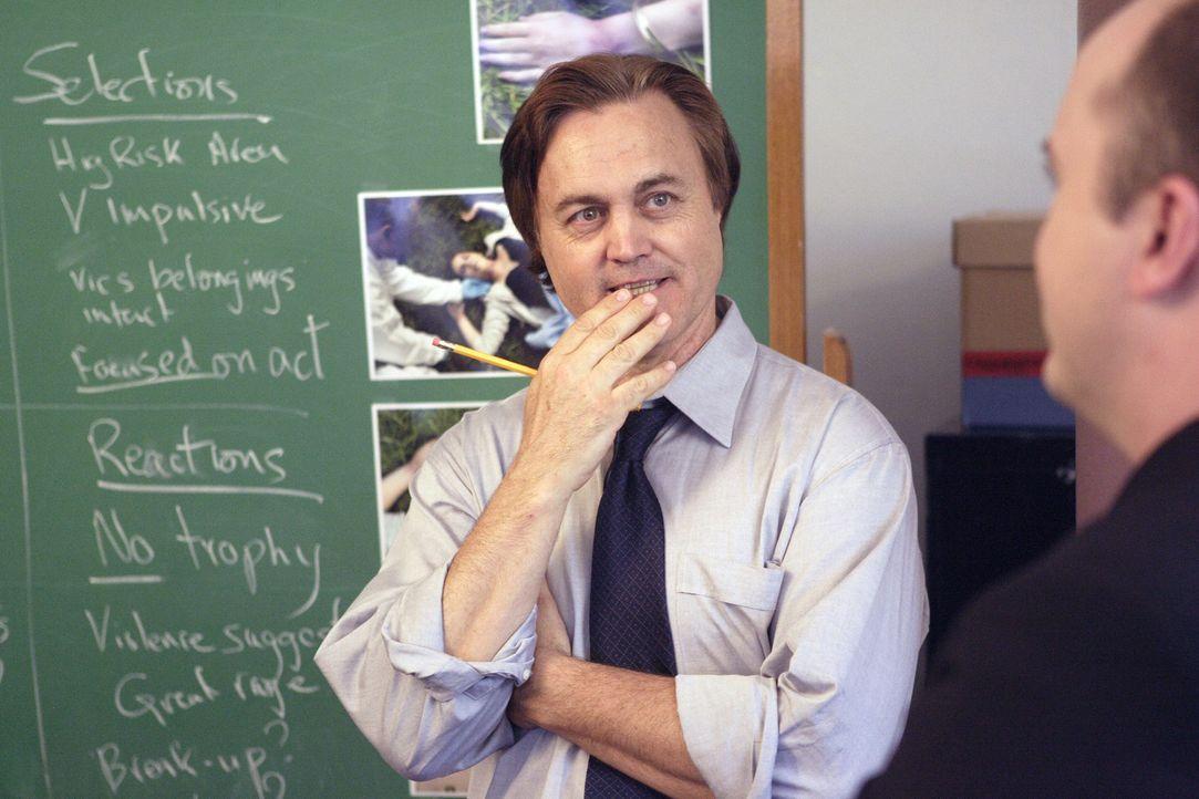Der Profiler Jim Van Allen (Robert Nolan, l.) bespricht mit seinen Kollegen das Killer-Profil. Bringt das die Ermittler auf die richtige Spur? - Bildquelle: Ian Watson Cineflix 2008