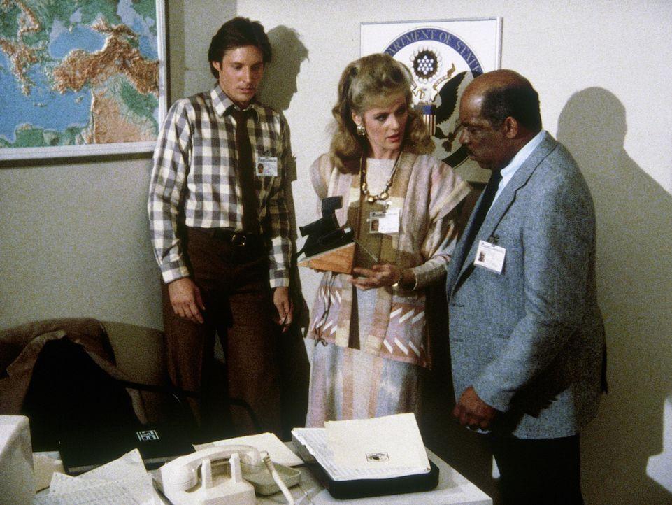 Wieder hat der geheimnisvolle Unbekannte eine makabre Morddrohung gegen Lee (Bruce Boxleitner, l.) ausgesprochen. Francine (Martha Smith, M.) und Bi... - Bildquelle: CBS Television