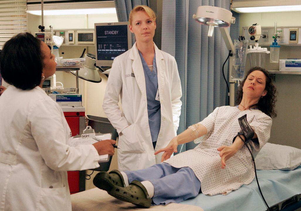 Sydney (Kali Rocha, r.) demonstriert Bailey (Chandra Wilson, l.) und Izzie (Katherine Heigl, M.) eine Ausnahmesituation vor ... - Bildquelle: Touchstone Television