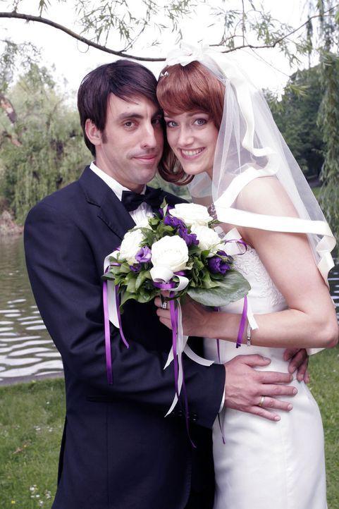 Braut (Judith Richter, r.) und Bräutigam (Alexander Schubert, l.) amüsieren sich auf ihrer Hochzeit bestens. Auch der Brautstrauß ist noch fest i... - Bildquelle: Noreen Flynn Sat.1