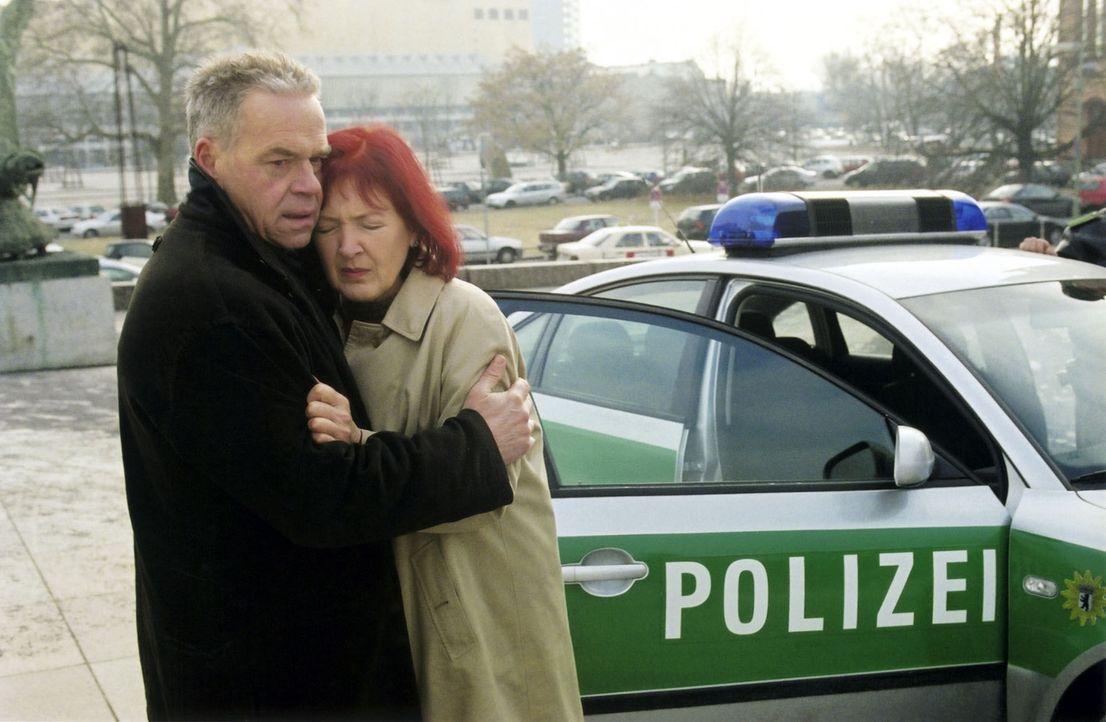 Wolff (Jürgen Heinrich, l.) versucht Martha Koller (Katja Bechtolf, r.) zu trösten, deren Mann in der Nacht erschossen wurde. - Bildquelle: Claudius Pflug Sat.1