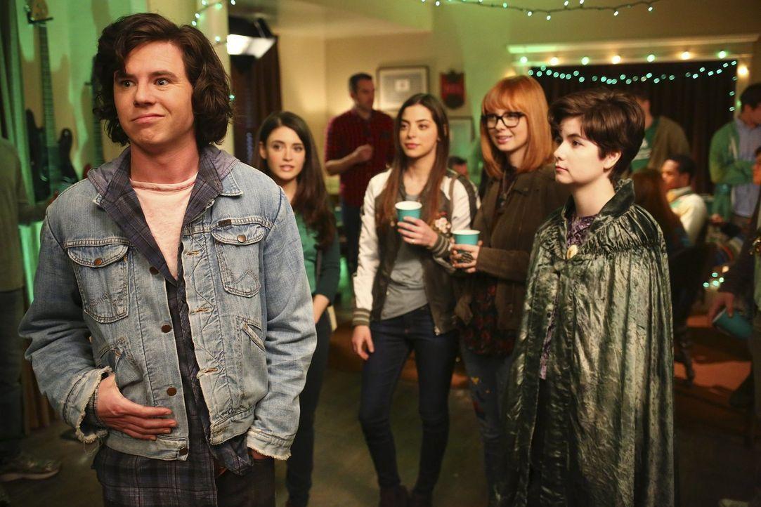 Axl (Charlie McDermott, l.) glaubt, dass es ein Zeichen ist, als er auf einer Party auf all seine Ex-Freundinnen (v.l.n.r. Daniela Bobadilla, Gia Ma... - Bildquelle: Warner Bros.