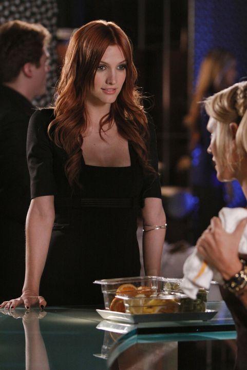 Violet (Ashlee Simpson) tut alles, um näher an Auggie zu kommen... - Bildquelle: 2009 The CW Network, LLC. All rights reserved.