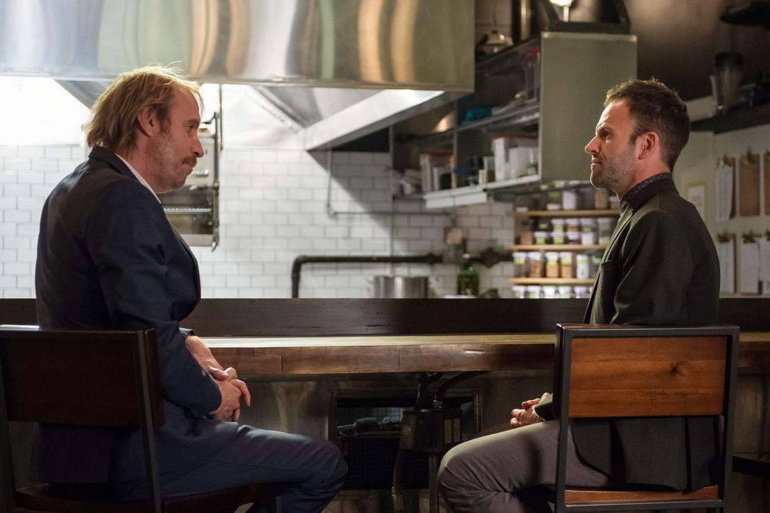 Mycroft Holmes (Rhys Ifans, l.) benötigt die Hilfe seines Bruders Sherlock (Jonny Lee Miller, r.), um einen Fall zu lösen ... - Bildquelle: CBS Television