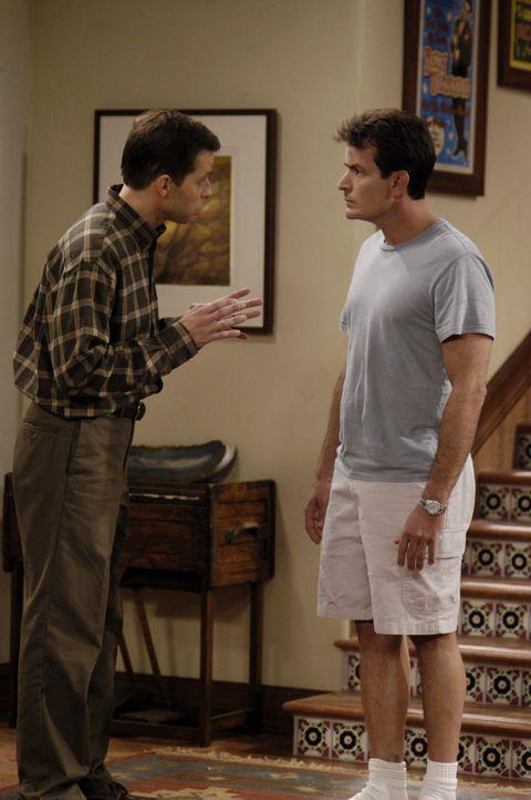 Charlie (Charlie Sheen, r.) ist stinksauer auf Alan (Jon Cryer, l.) und verlangt von ihm, Berta zurückzuholen ... - Bildquelle: Warner Brothers Entertainment Inc.