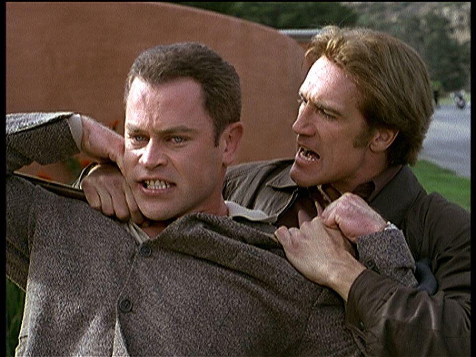 Steve (Barry Van Dyke, r.) setzt den neuen Mafiaboss Ross (Neal McDonough, l.) unter Druck, um Beweise zu finden, dass sein Vater hereingelegt wurde. - Bildquelle: Viacom