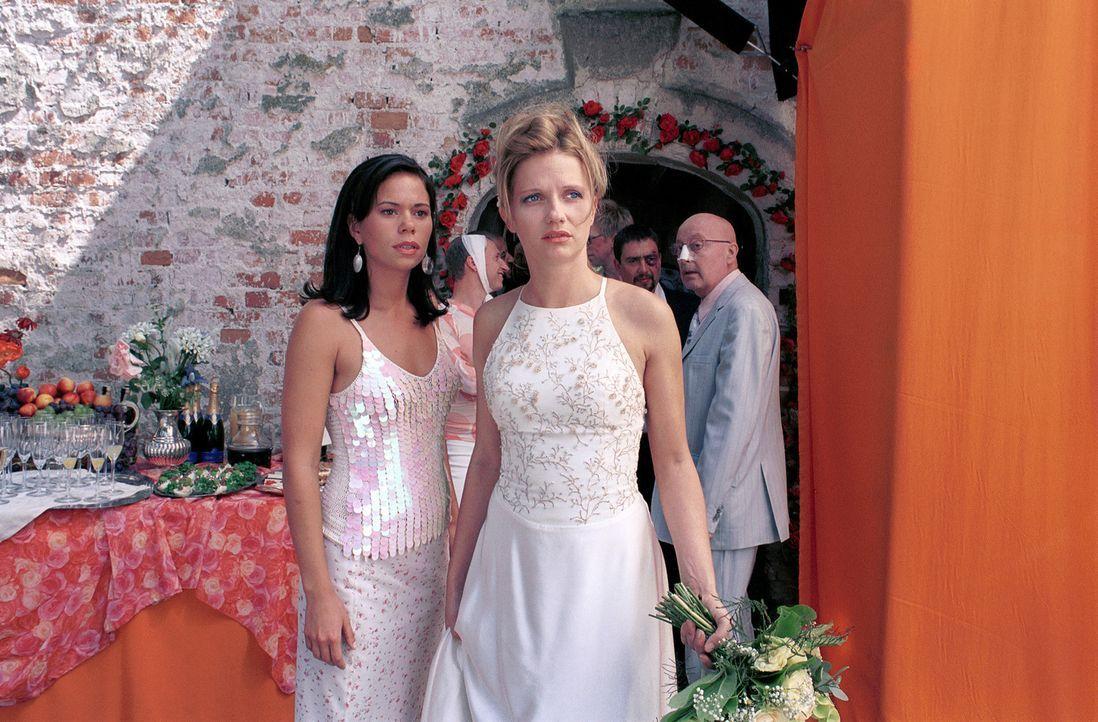 Lara (Doreen Jacobi, r.) und Nicole (Rita Lengyel, l.) verstehen die Welt nicht mehr ... - Bildquelle: Gordon Mühle ProSieben
