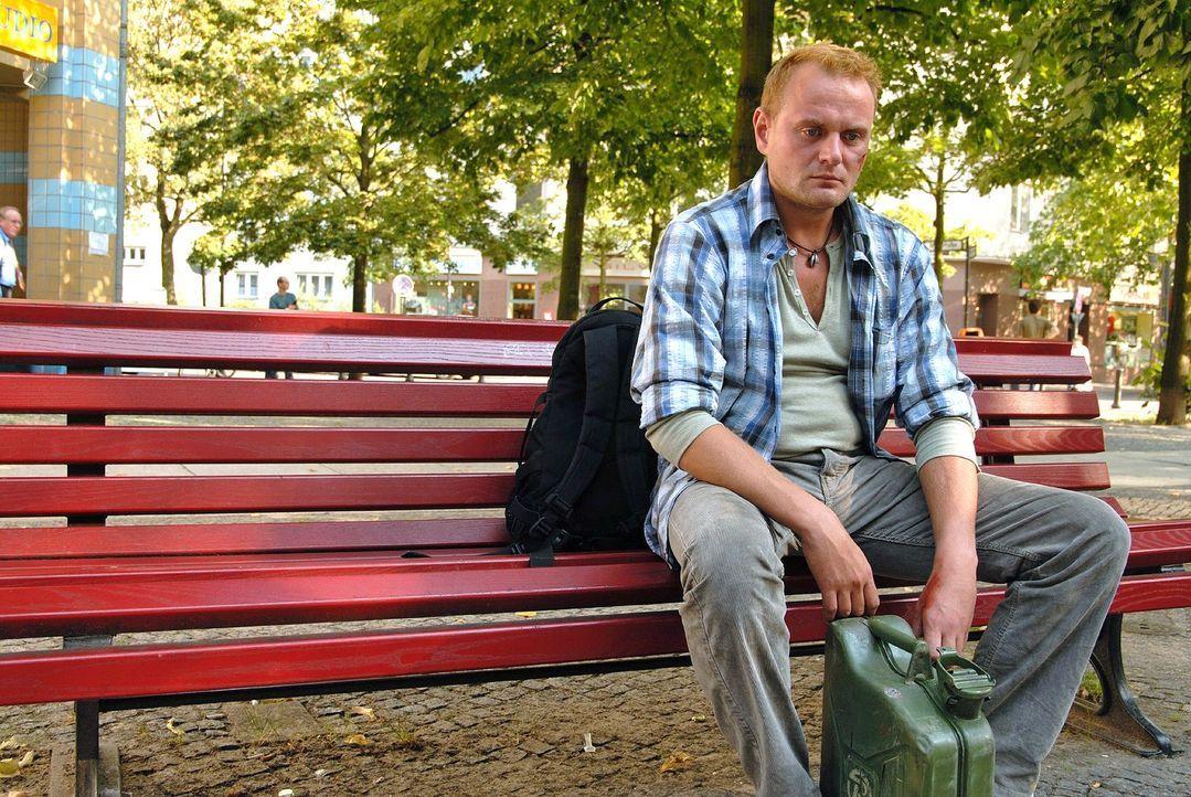 Tankwart Grünberg (Devid Striesow) ist verzweifelt, weil seine Freundin einen neuen Lebensgefährten hat und er seinen Sohn nicht mehr sehen kann. - Bildquelle: Hardy Spitz Sat.1