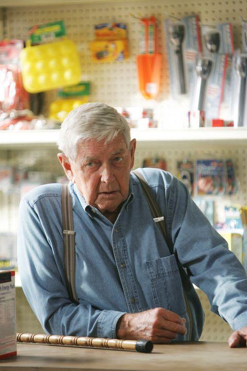 Jackson Gibbs (Ralph Waite) stattet seinem Sohn einen Besuch ab ... - Bildquelle: CBS Television