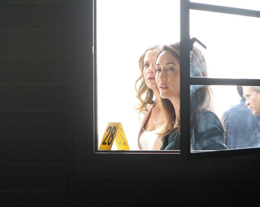 Gemeinsam mit Beth (Maggie Q, r.) ermittelt Vicky (Mira Sorvino, l.) in einem neuen Fall und erhält dabei furchterregende Informationen über ihren E... - Bildquelle: Warner Bros. Entertainment, Inc.