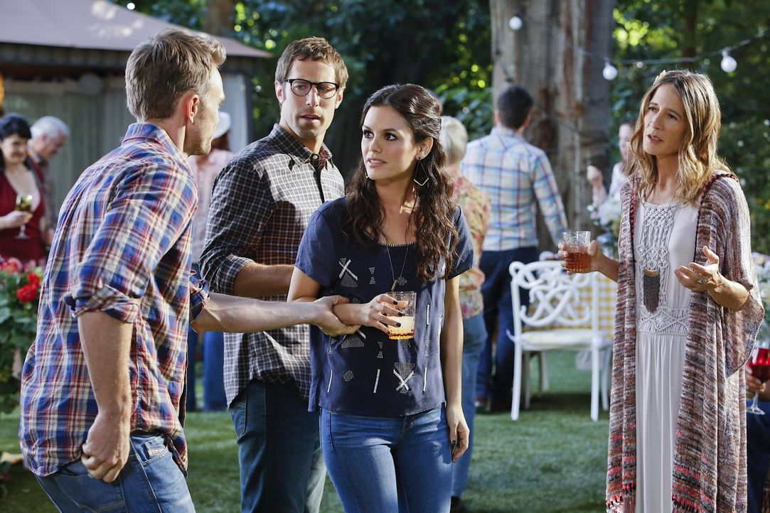 Während Joel (Josh Cooke, 2.v.l.) und Zoe (Rachel Bilson, 2.v.r.) nach einem neuen Zuhause bei Tante Winifred (Anne Ramsay, r.) oder anderen Verwand... - Bildquelle: Warner Brothers