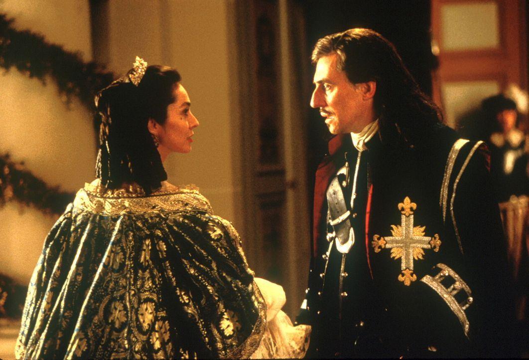 Einzig D`Artagnan (Gabriel Byrne, r.) ist dem Sonnenkönig und seiner Gattin, Königin Anne (Anne Parillaud, l.), noch treu ergeben ... - Bildquelle: 1998 UNITED ARTISTS PICTURES INC. All Rights Reserved