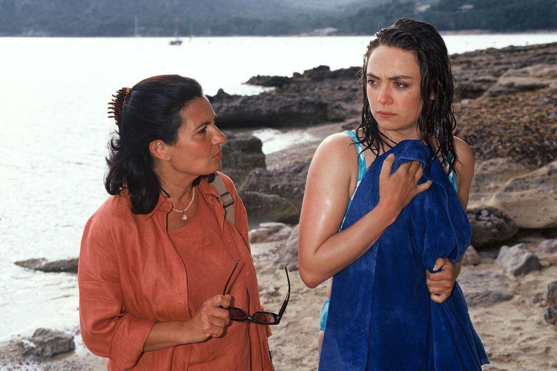 Die mallorquinische Kommissarin Valeria Asturia (Özay Fecht, l.) warnt Luise (Julia Richter, r.) vor Max Bernau ... - Bildquelle: Frank Hempel Sat.1