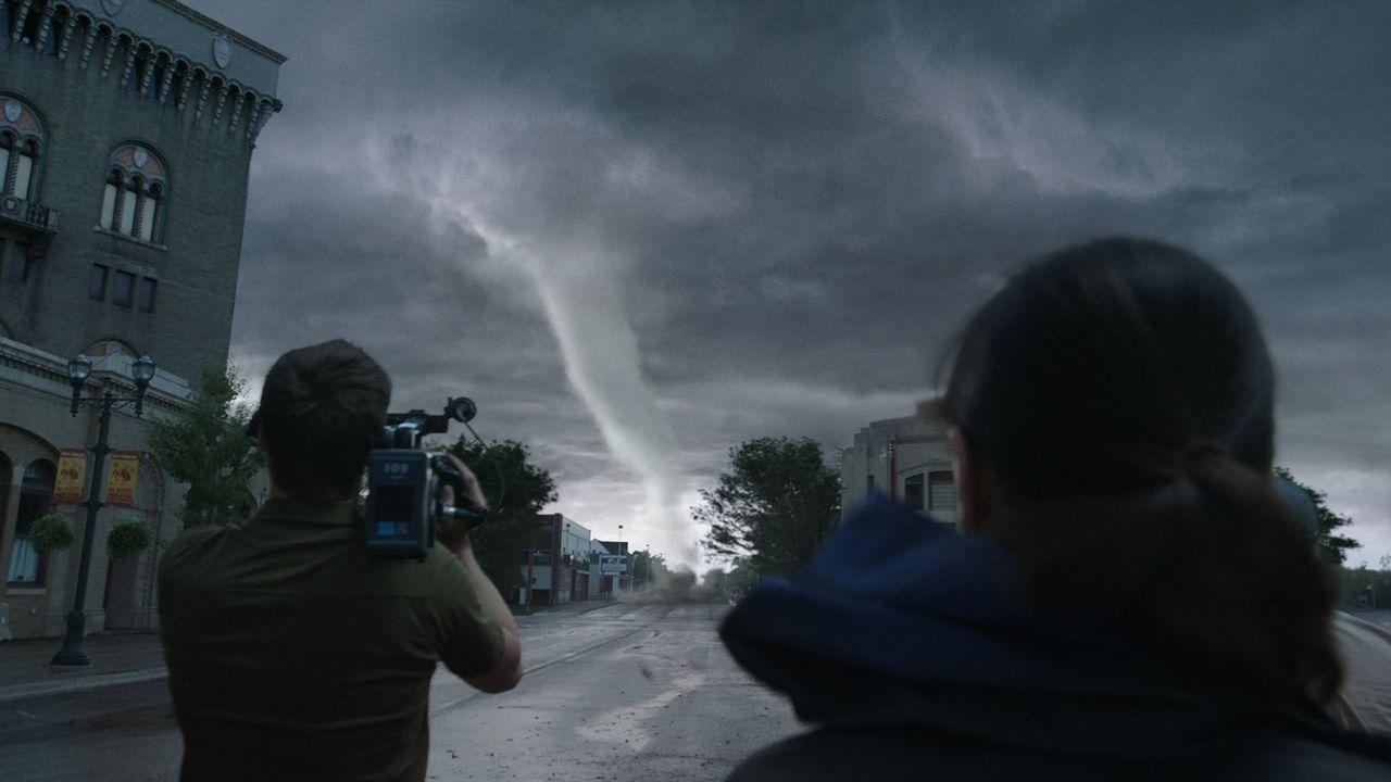 Ein lebensmüdes Wagnis? Allison (Sarah Wayne Callies) und ihr Kameramann ... - Bildquelle: 2014   Warner Bros.