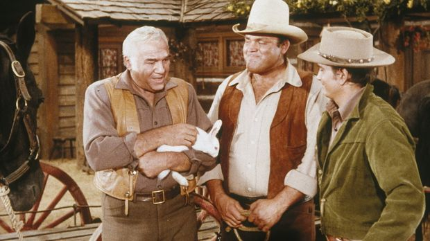Weil Hoss (Dan Blocker, M.) und Little Joe (Michael Landon, r.) knapp bei Kas...