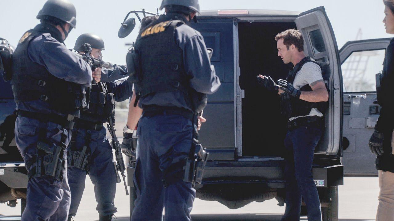 Während sich Grover gezwungen sieht, bei einem 100-Millionen-Dollar-Raub behilflich zu sein, um seine entführte Tochter zurückzubekommen, gerät Stev... - Bildquelle: 2013 CBS Broadcasting Inc. All Rights Reserved