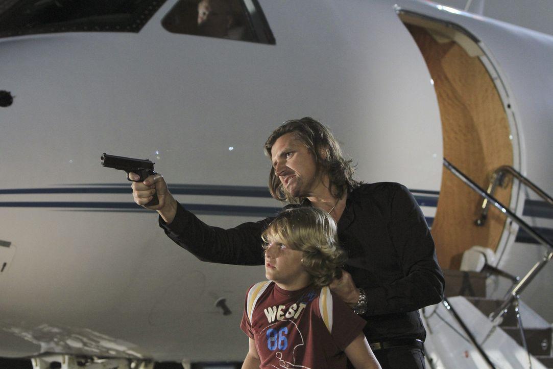 Kann das Team Declan (Conrad Bluth, r.) aufhalten, um Lachlan (Robin Atkin Downes, l.) das Leben zu retten? - Bildquelle: ABC Studios