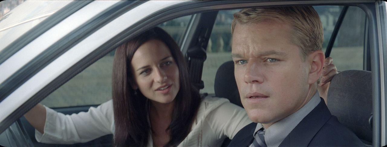 Nerine (Marguerite Wheatley, l.) und Francois (Matt Damon, M.) können überhaupt nicht verstehen, warum der neu gewählte Präsident einen Rugby-Spiele... - Bildquelle: Warner Bros.