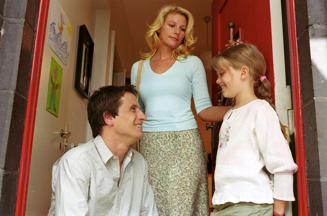 Sophie (Sophie Schütt, M.) muss erkennen, dass Anna (Sophie Karbjinski, r.) ihren Vater Thomas (Oliver Mommsen, l.) braucht und wehrt sich nun nicht... - Bildquelle: Noreen Flynn Sat.1