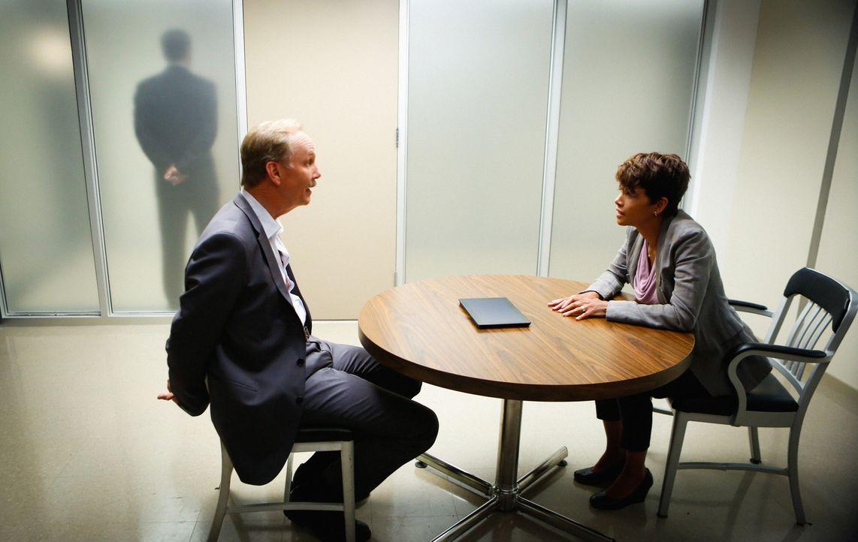 Völlig bestürzt erfährt Alan Sparks (Michael O'Neill, l.) von Molly (Halle Berry, r.), dass seine Tochter nach zwei Jahren Schlaf im All überlebt ha... - Bildquelle: Darren Michaels 2014 CBS Broadcasting, Inc. All Rights Reserved