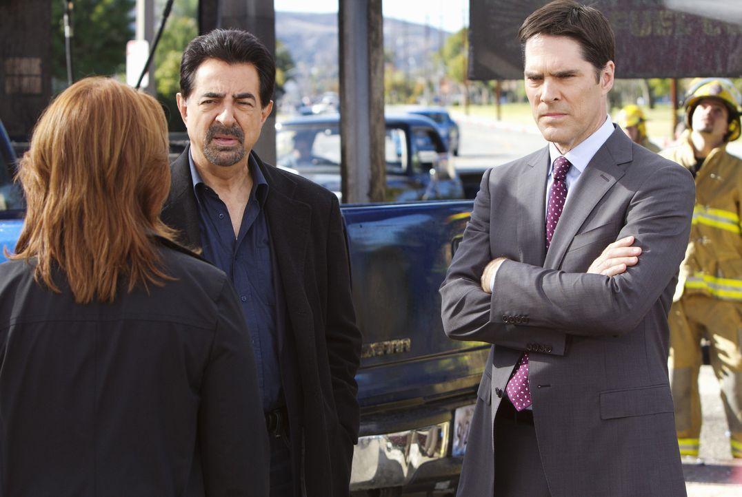 Agent Bates (Deidre Lovejoy, l.), Rossi (Joe Mantegna, M.) und Hotch (Thomas Gibson, r.) müssen das schiesswütiges Paar Ray und Sydney stoppen, be... - Bildquelle: ABC Studios