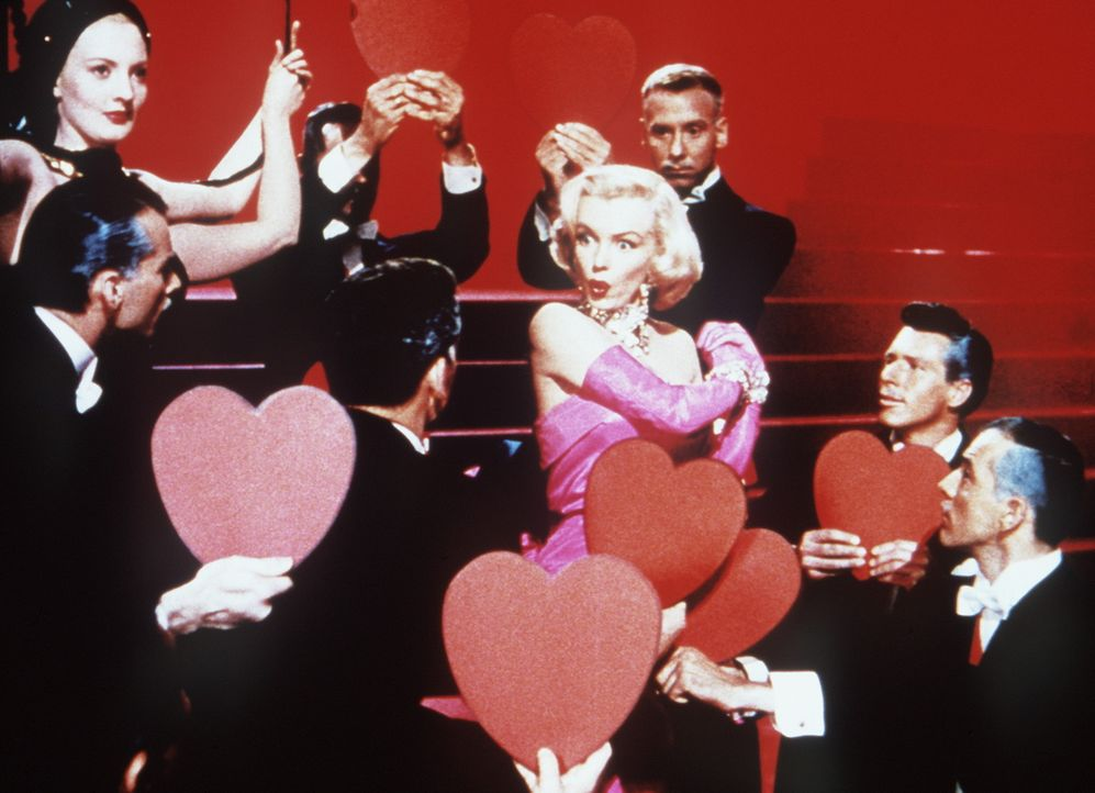 "Mit dem Schlager ""Diamonds are a Girl's Best Friend"" landet die blonde Lorelei (Marilyn Monroe) am Broadway einen sensationellen Erfolg, und die Mä... - Bildquelle: 20th Century Fox Film Corporation"