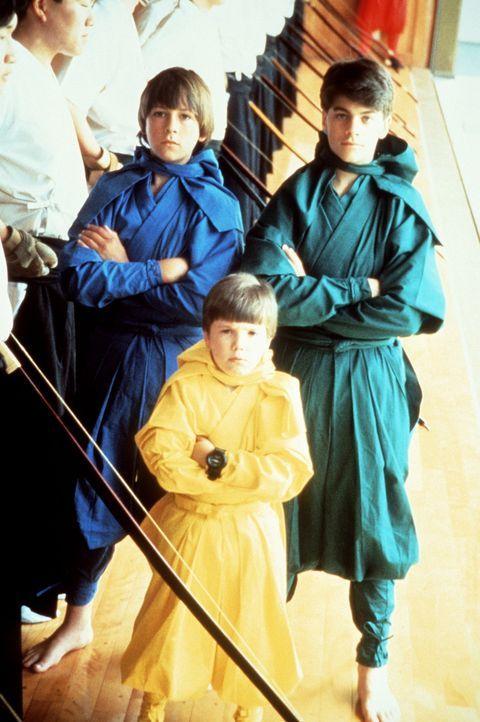 Die drei Ninja-Kids Colt (Max Elliot Slade, l.), Rocky (Sean Fox, r.) und Tum Tum (Evan Bonifant, M.) sollen dem Sieger eines Ninja-Turniers in Japa... - Bildquelle: Columbia TriStar