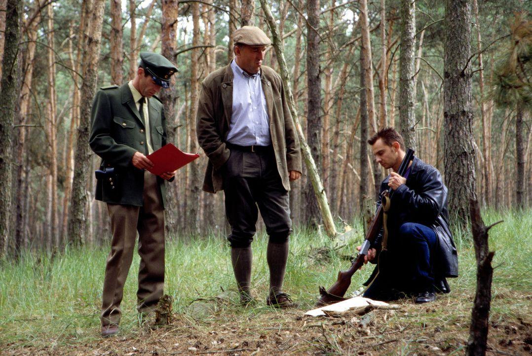 Bei den Ermittlungen in seinem Heimatdorf wird Tom (Steven Merting, r.) von Polizeihauptmeister Wittkowski (Georg Prang, l.) und Sägewerksbetreiber... - Bildquelle: Leslie Haslam Sat.1
