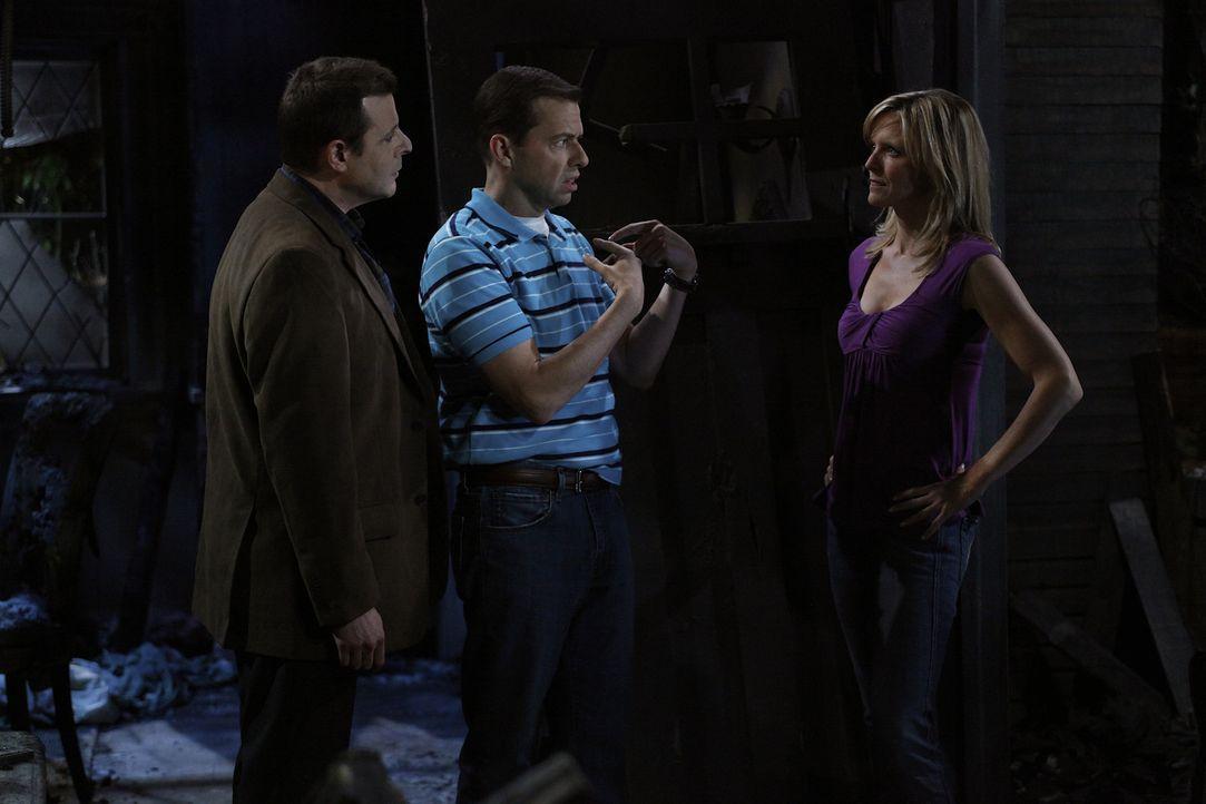 In der verkohlten Ruine kommt es dann zu einer emotionalen Männerrunde mit Alan (Jon Cryer, M.), Charlie, dem Pizzaboten Gordon und Lyndseys Ex-Man... - Bildquelle: Warner Bros. Television