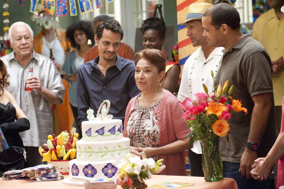 Nicks (Marc Anthony, Mitte l.) ist froh, dass seine Mutter (Miriam Colon, Mitte r.) ihre Party genießt und sich gut amüsiert ... - Bildquelle: Sony Pictures Television Inc. All Rights Reserved.