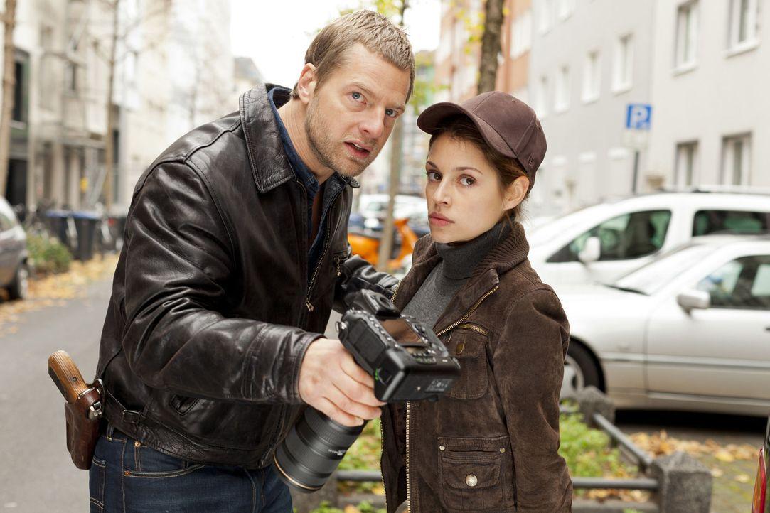 Mick (Henning Baum, l.) kann es nicht glauben, aber bei der Geldübergabe taucht eine Journalistin (Anna Julia Kapfelsperger, r.) mit Kamera auf. We... - Bildquelle: Martin Rottenkolber SAT.1