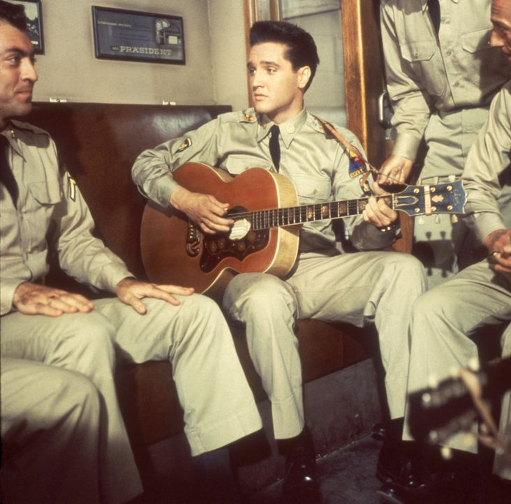 Panzerschütze Tulsa McCauley (Elvis Presley, M.), Fahrer Cooky und Funker Rick sind Freunde. Die drei Soldaten leisten gemeinsam in Deutschland ihre... - Bildquelle: TM,® &Copyright  2003 By Paramount Pictures All Rights Reserved