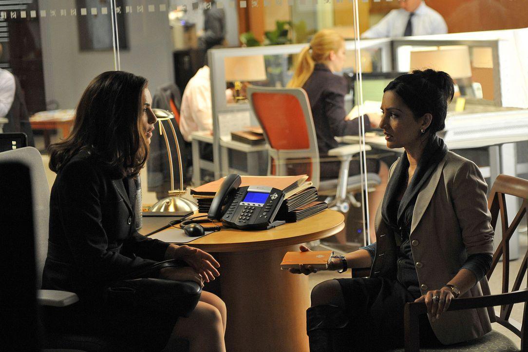 Bei der Bearbeitung eines neuen Falles machen Alicia (Julianna Margulies, l.) und Kalinda (Archie Panjabi, r.) eine schockierende Entdeckung ... - Bildquelle: CBS Studios Inc. All Rights Reserved.