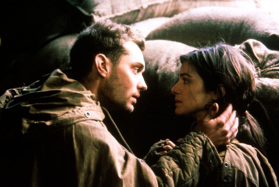 Als sich Vassili (Jude Law, l.) in Tania (Rachel Weisz, r.), eine der zahlreichen mutigen Frauen, die an der Seite der Männer kämpfen, verliebt, kei... - Bildquelle: 2000 MP Film Mgmt. DOS Prods.