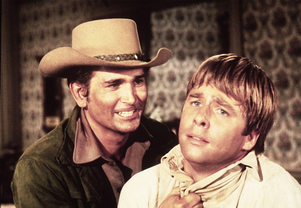 Little Joe Cartwright (Michael Landon, l.) ist davon überzeugt, dass Horace Perkins (Beau Bridges, r.) Sally Bristol umgebracht hat. - Bildquelle: Paramount Pictures