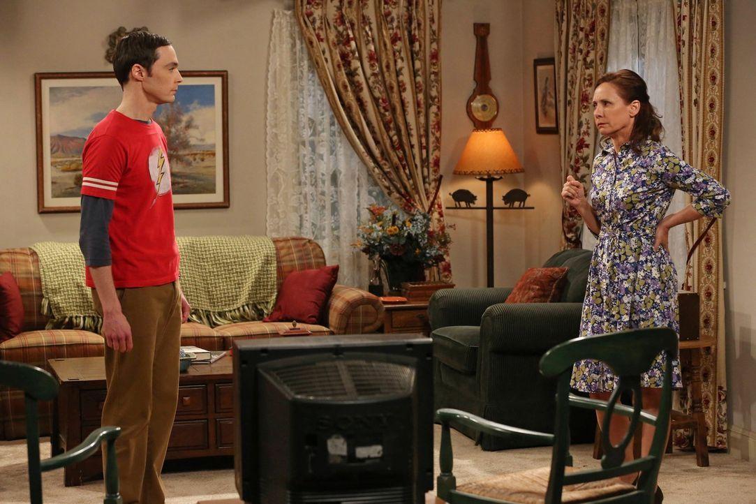 Als Sheldon (Jim Parsons, l.) überraschend seine Mutter (Laurie Metcalf, r.) in Houston besucht, wird er mit der Realität konfrontiert ... - Bildquelle: Warner Brothers