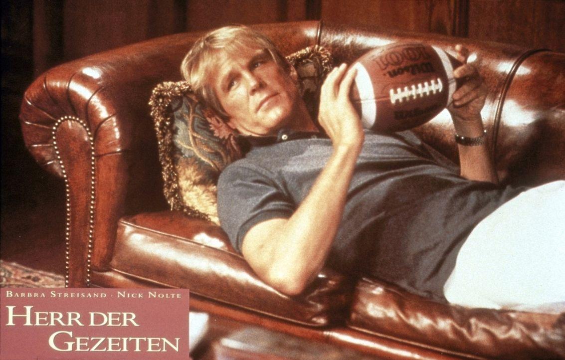 Für den Football-Lehrer Tom Wingo (Nick Nolte) ist die Therapie-Couch noch gewöhnungsbedürftig. Deshalb nimmt er zu den Sitzungen vorsichtshalber... - Bildquelle: Columbia Pictures